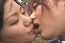 Menina na puberdade com buceta a mostra