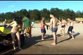 Homens nus que roubam a piça e garotos sensuais que se aproximam.