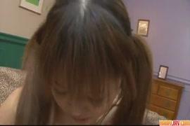Uma adolescente excitada de tanga faz sexo com seu namorado.