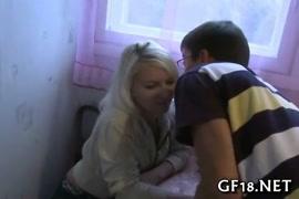 Vídeo de lésbica bebada sendo estrupada por amigas