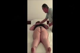 Pai e mae ensinando a filha como trepa