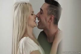 Video mulher se masturba com travesseiro