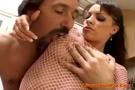 O homem abrindo a buceta da mulher e chupando o critores