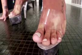 Eu quero ver o vídeo de sexo mulher masturbando com a unha do pé e da mão e do pé masturbando
