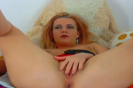 Mijando dentro da bucetinha porno