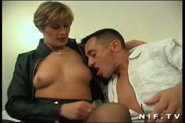 Filho ve a mae passando a mao na buceta
