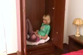 Videos de trasando no quarto com a porta fechada e a janela aberta