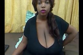 Vídeo porno chupando a buceta da menina em baixo da mesa